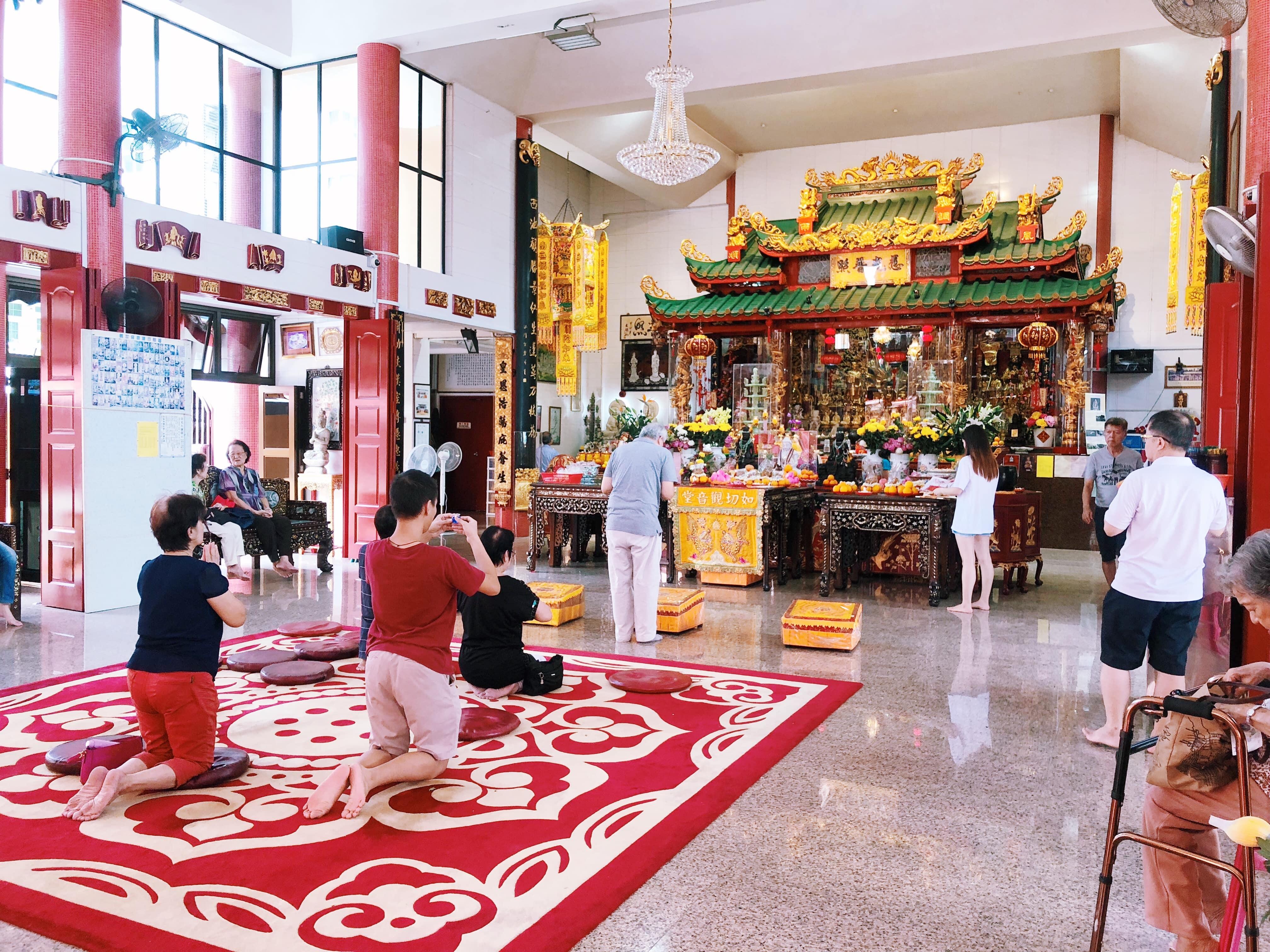 người cầu nguyện tại điện thờ tại đền joo chiat