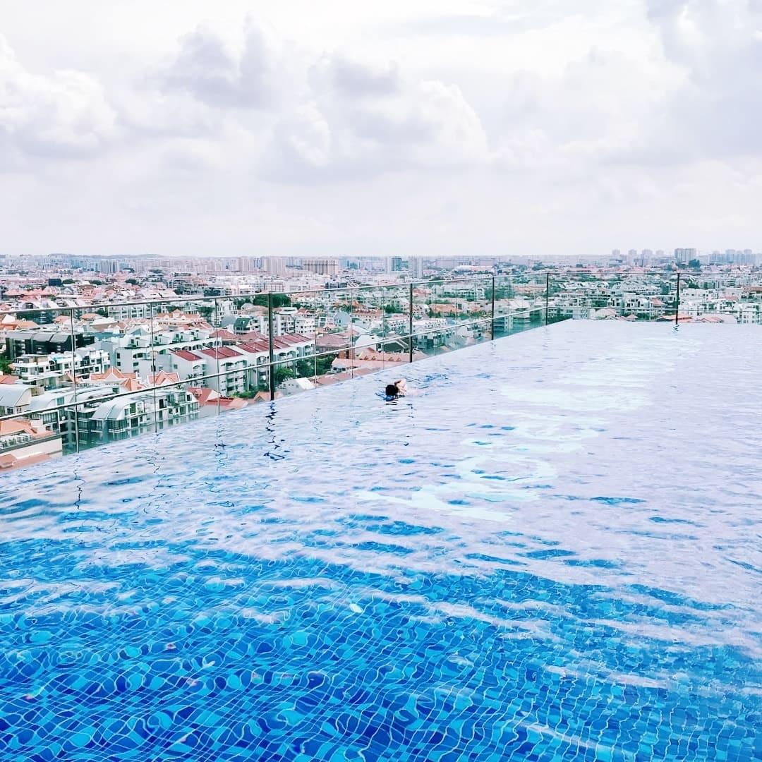 hồ bơi tại hotel indigo