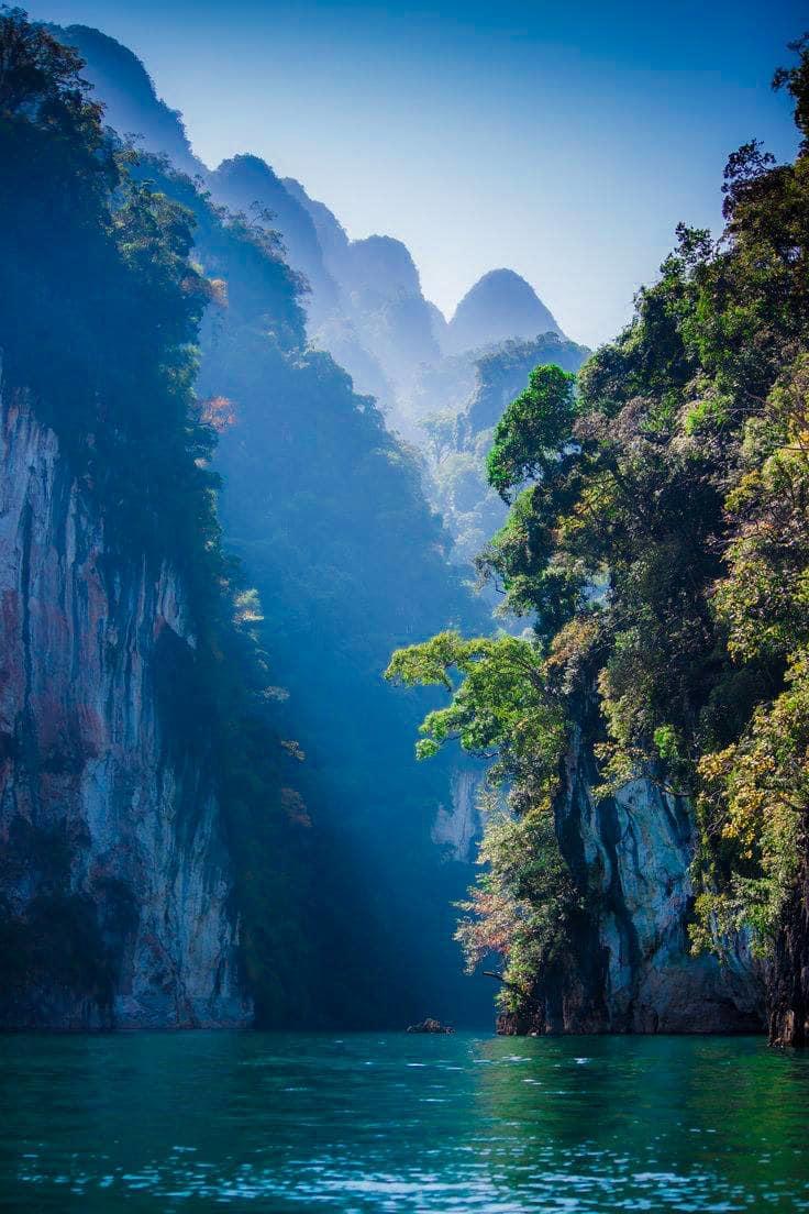 hồ và rừng tại vườn quốc gia Khao Sok