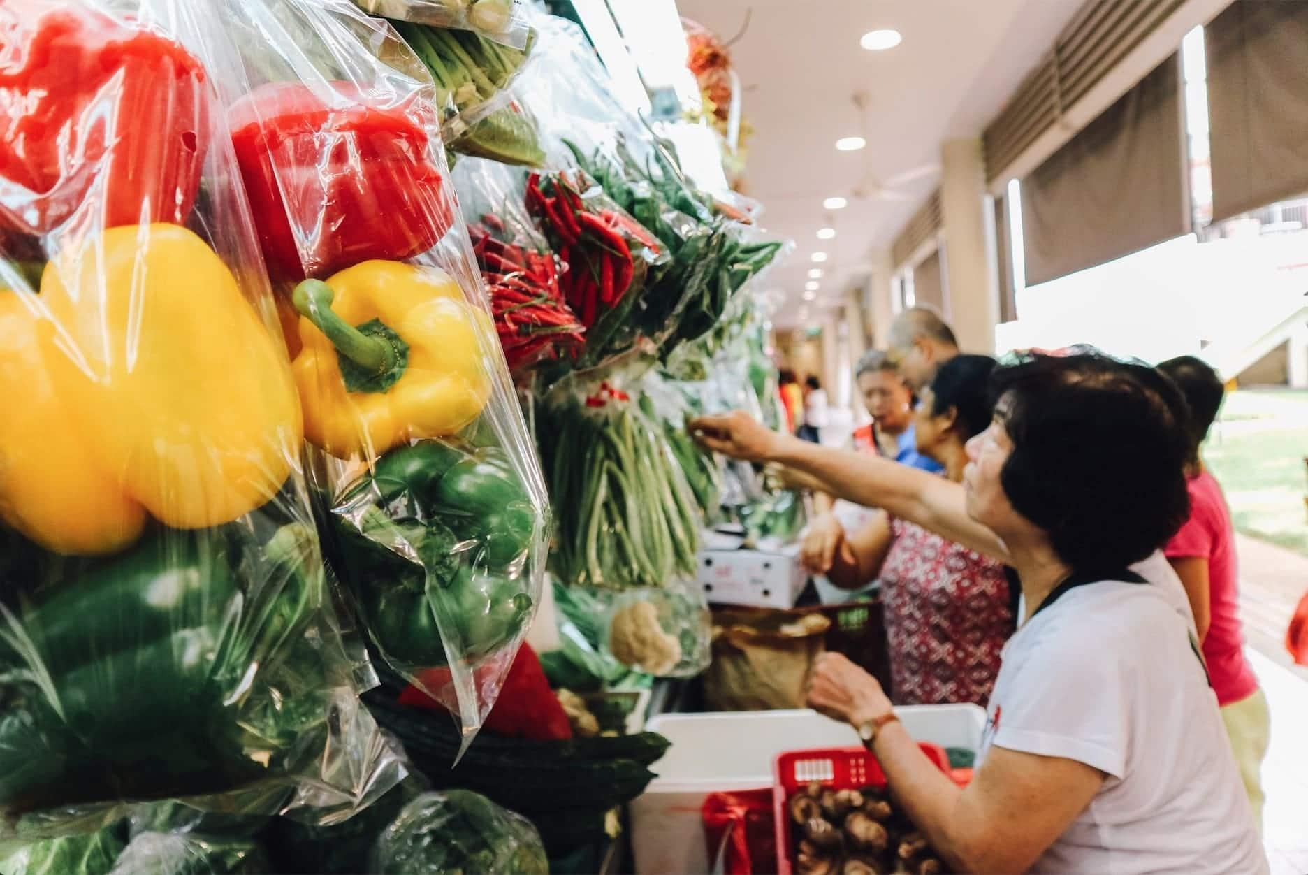 bên trong chợ tiong bahru