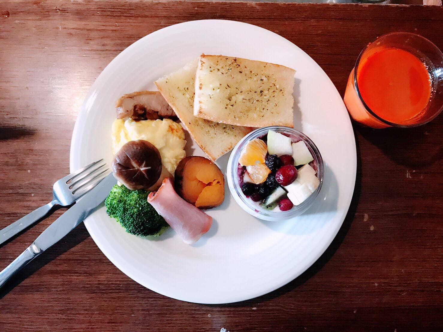 món ngon tại 4 thị trấn nổi tiếng đài loan: mì nướng bơ tại izzy cafe