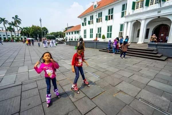trẻ em vui chơi ở indonesia