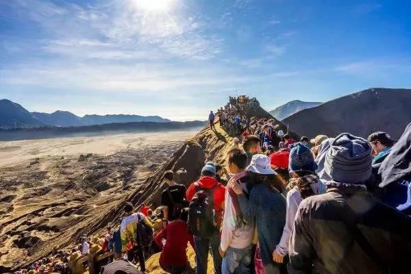 du khách tham quan núi lửa ở indonesia