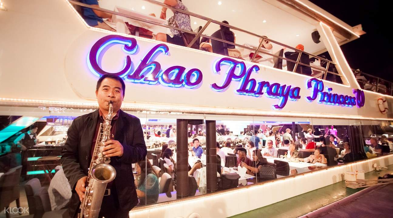 nghệ sĩ trình diễn saxophone trên du thuyền chao phraya princess