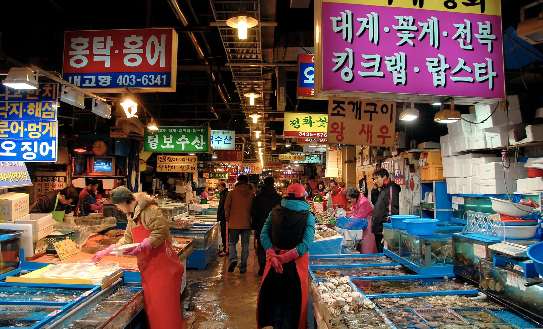 bên trong chợ cá garak