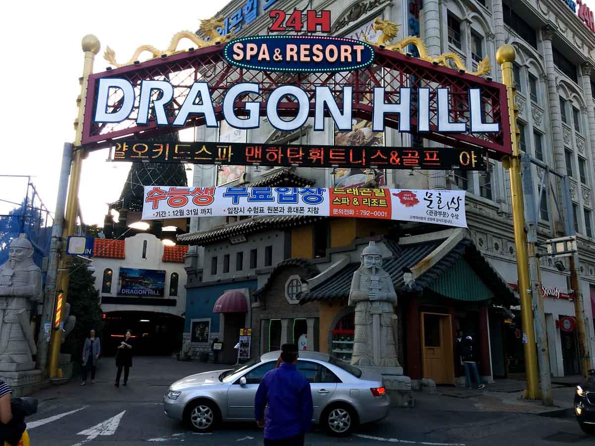 cổng và biển hiệu của Dragon Hill Spa