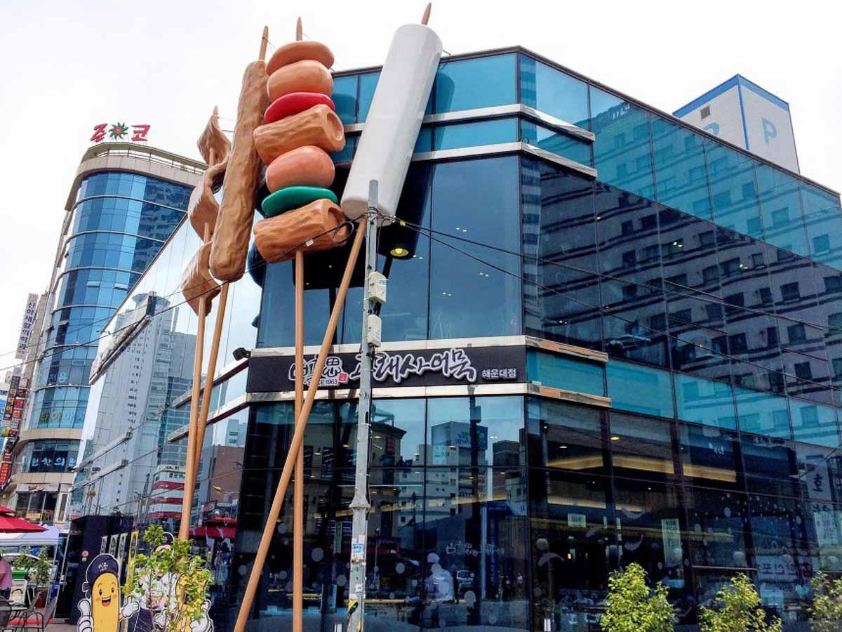 nhà hàng Busan Goraesa Fishcake Haeundae nhìn từ bên ngoài