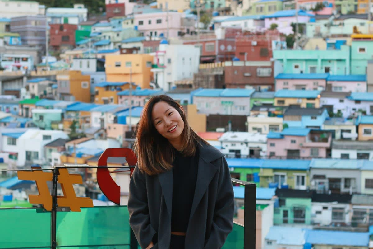 cô gái chụp ảnh tại làng văn hóa gamcheon