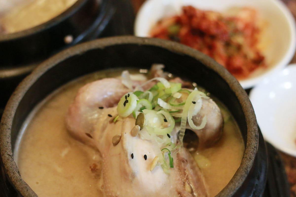 món gà hầm sâm Samgyetang tại Tosokchon