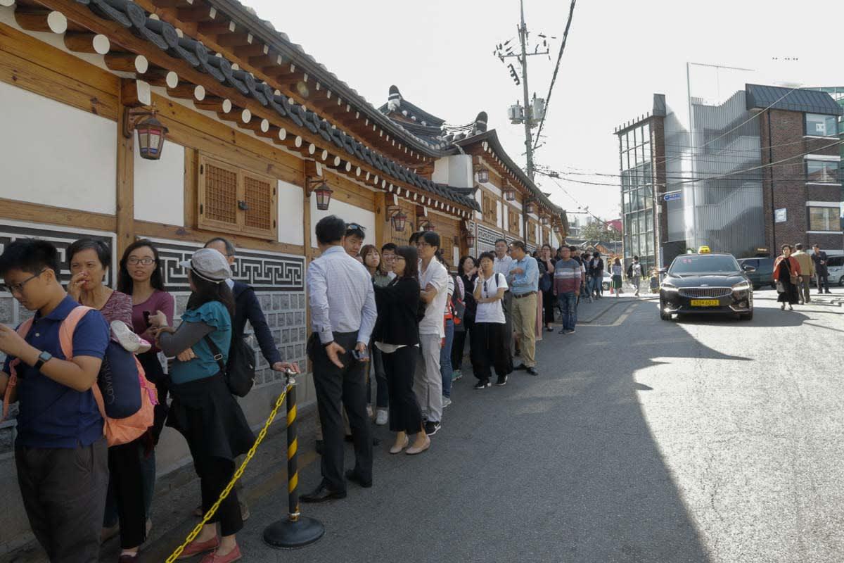 người xếp hàng để vào Tosokchon Samgyetang