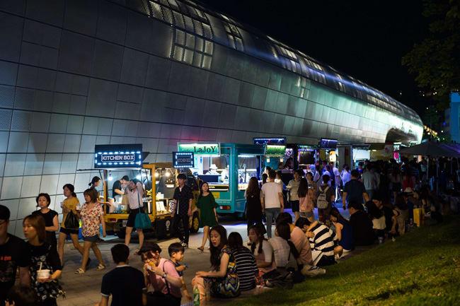 chợ đêm tại dongdaemun design plaza