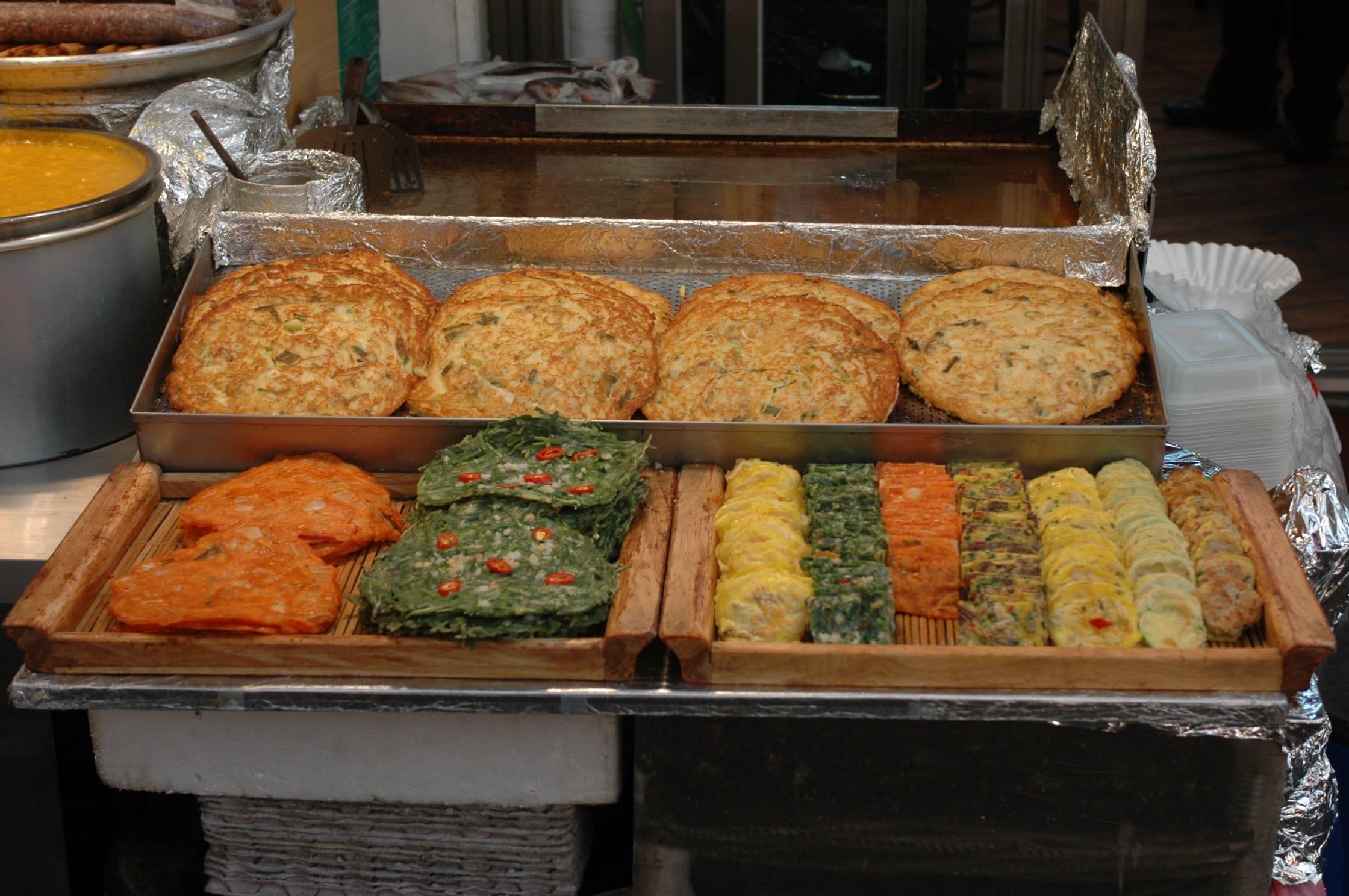 bánh bindaetteok ở chợ gwangjang