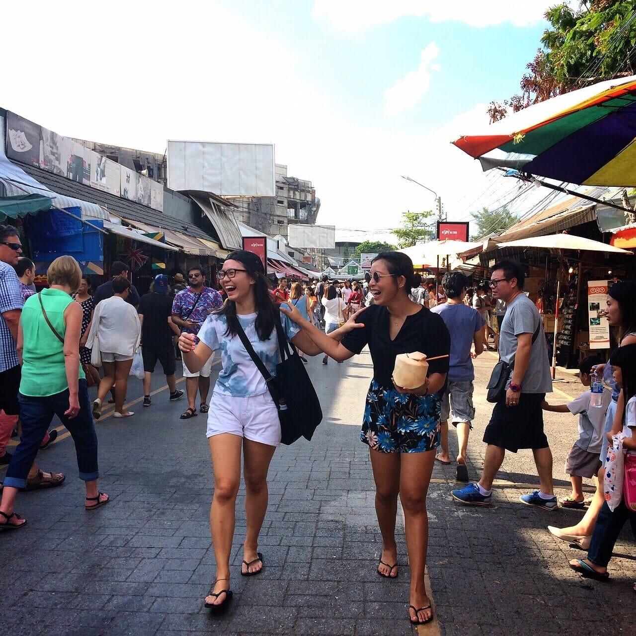 hai cô gái đi bộ ở chợ chatuchak