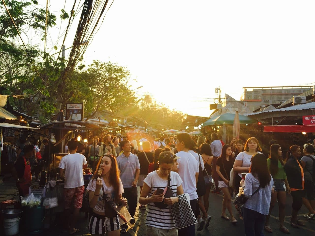 dòng người đi bộ tại chợ chatuchak
