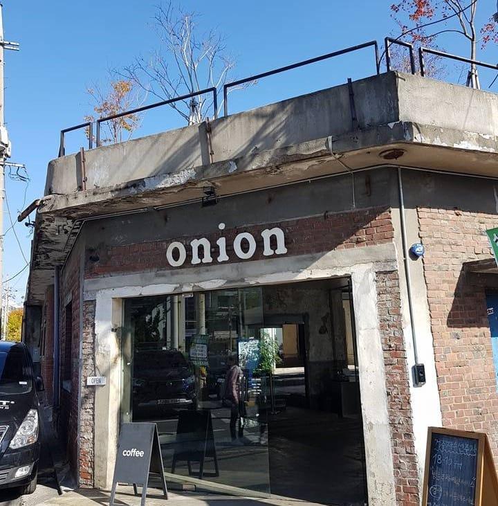 tiệm cafe onion nhìn từ bên ngoài