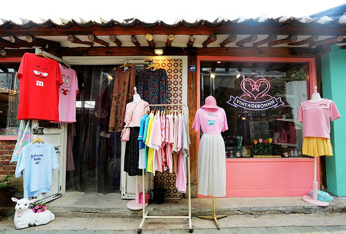 các quán quần áo tại hẻm hanok