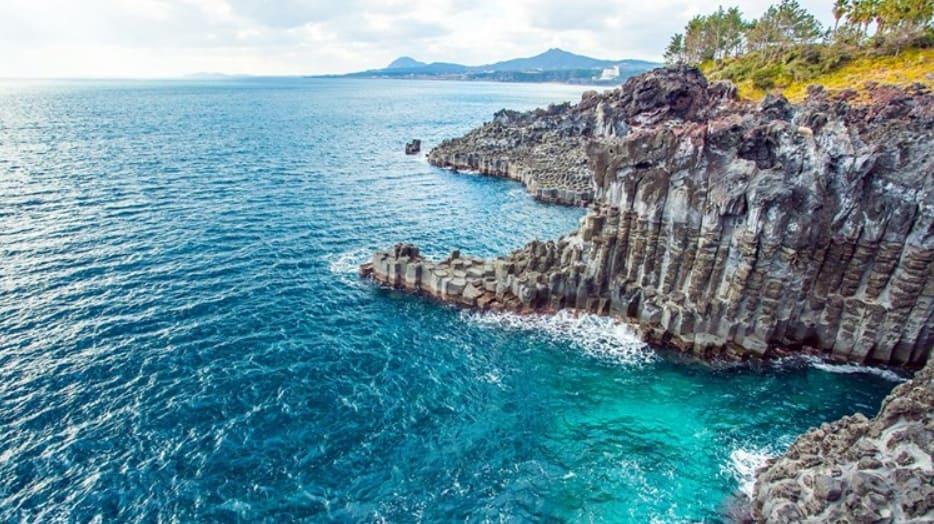 bãi đá và biển của đảo jeju