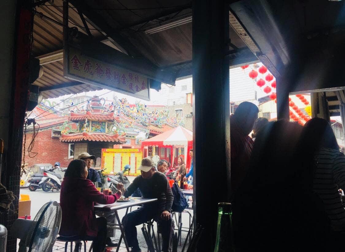trong một quán ăn tại phố ẩm thực kỳ sơn, cao hùng