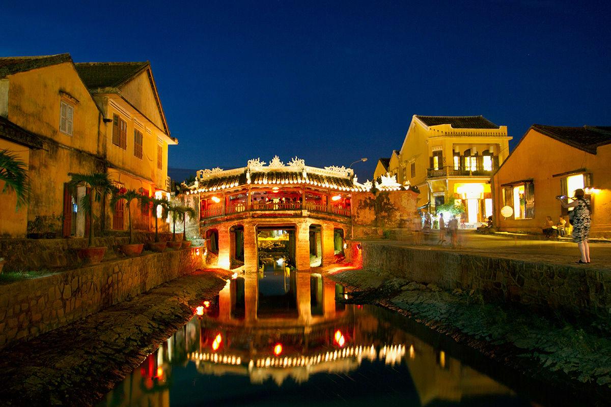 chùa cầu tại hội an lên đèn khi về đêm