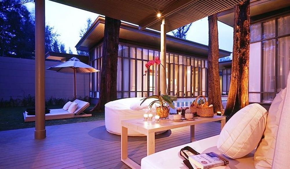 SALA Phuket Resort & SPA khi về đêm
