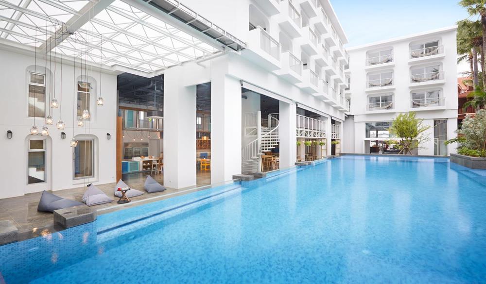 hồ bơi tại Lub d Phuket Patong Hostel