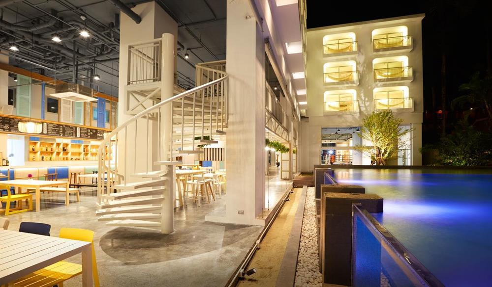 không gian cạnh hồ bơi tại Lub d Phuket Patong Hostel