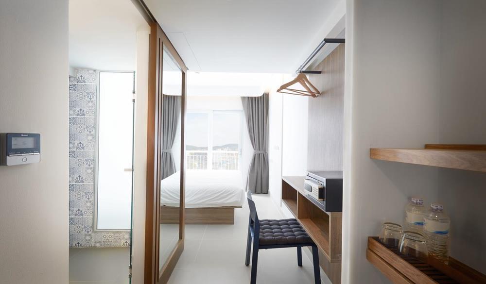 nội thất của phòng nhìn ra biển tại Lub d Phuket Patong Hostel