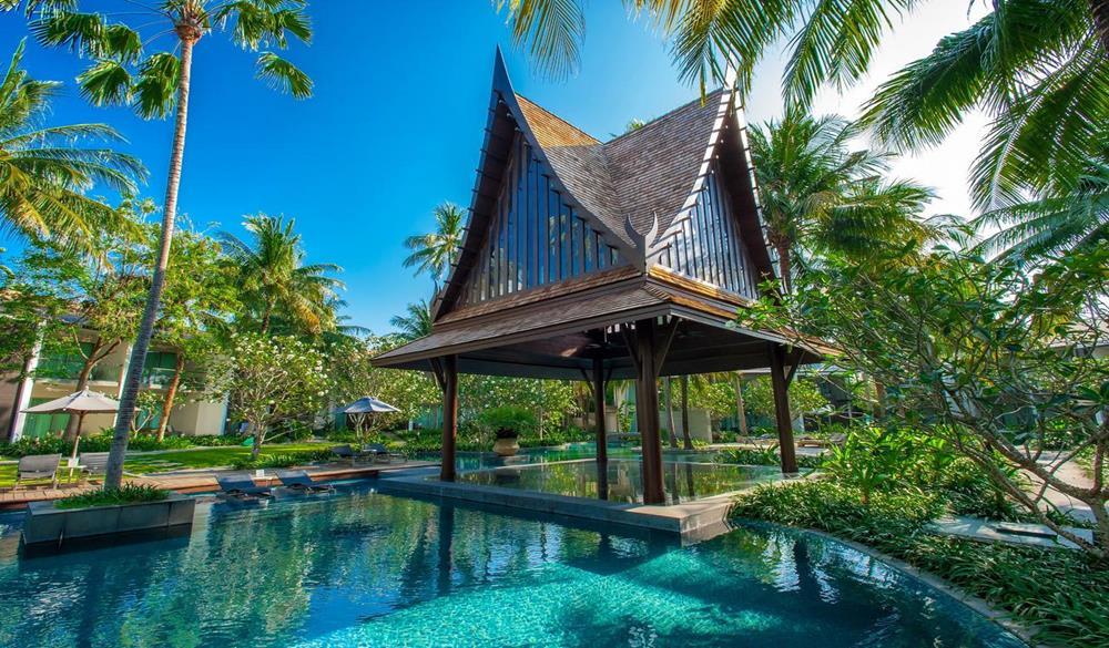 hồ bơi và nhà chòi tại Resort Twinpalms Phuket