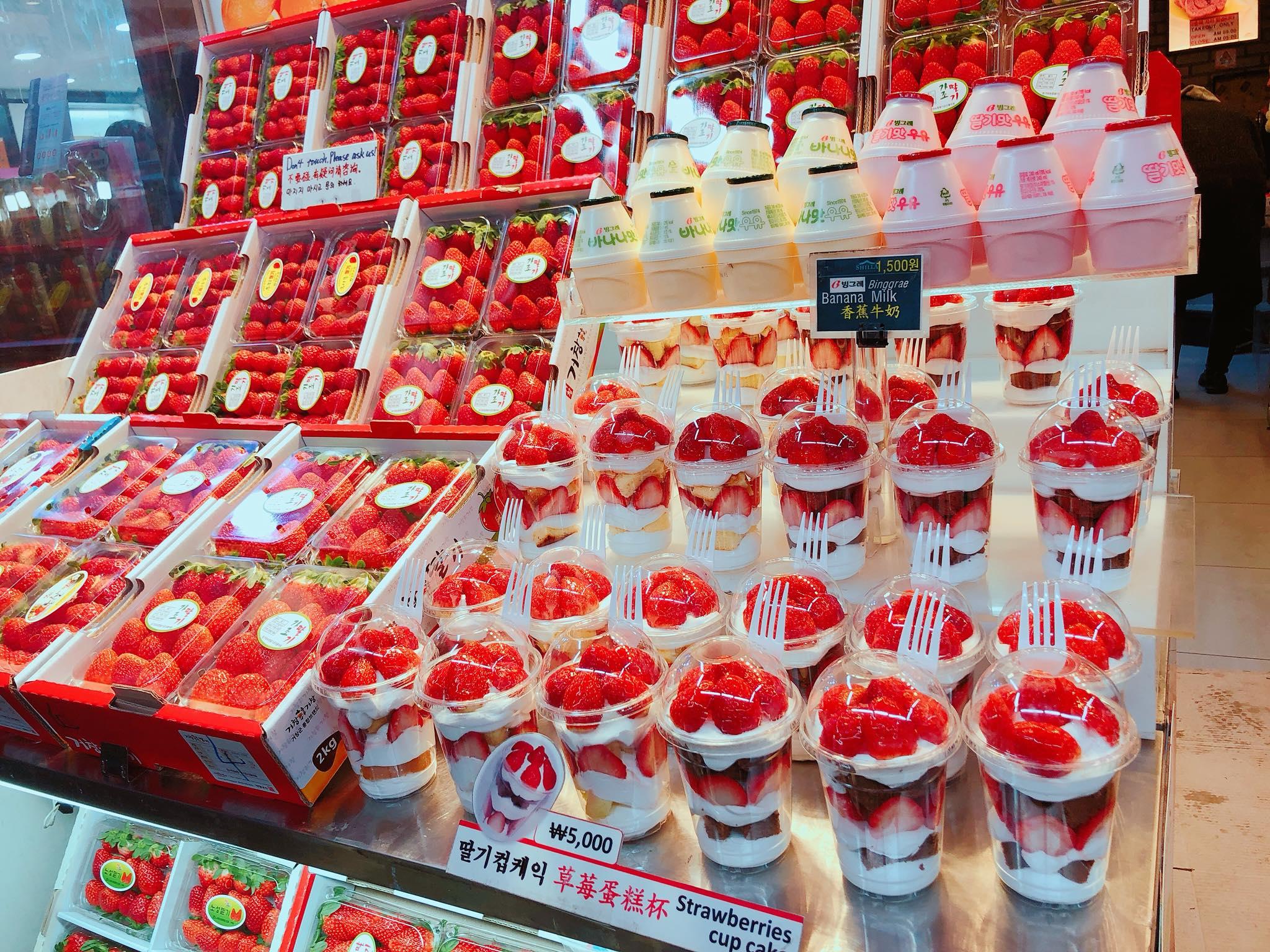 ly dâu tây và kem tại seoul