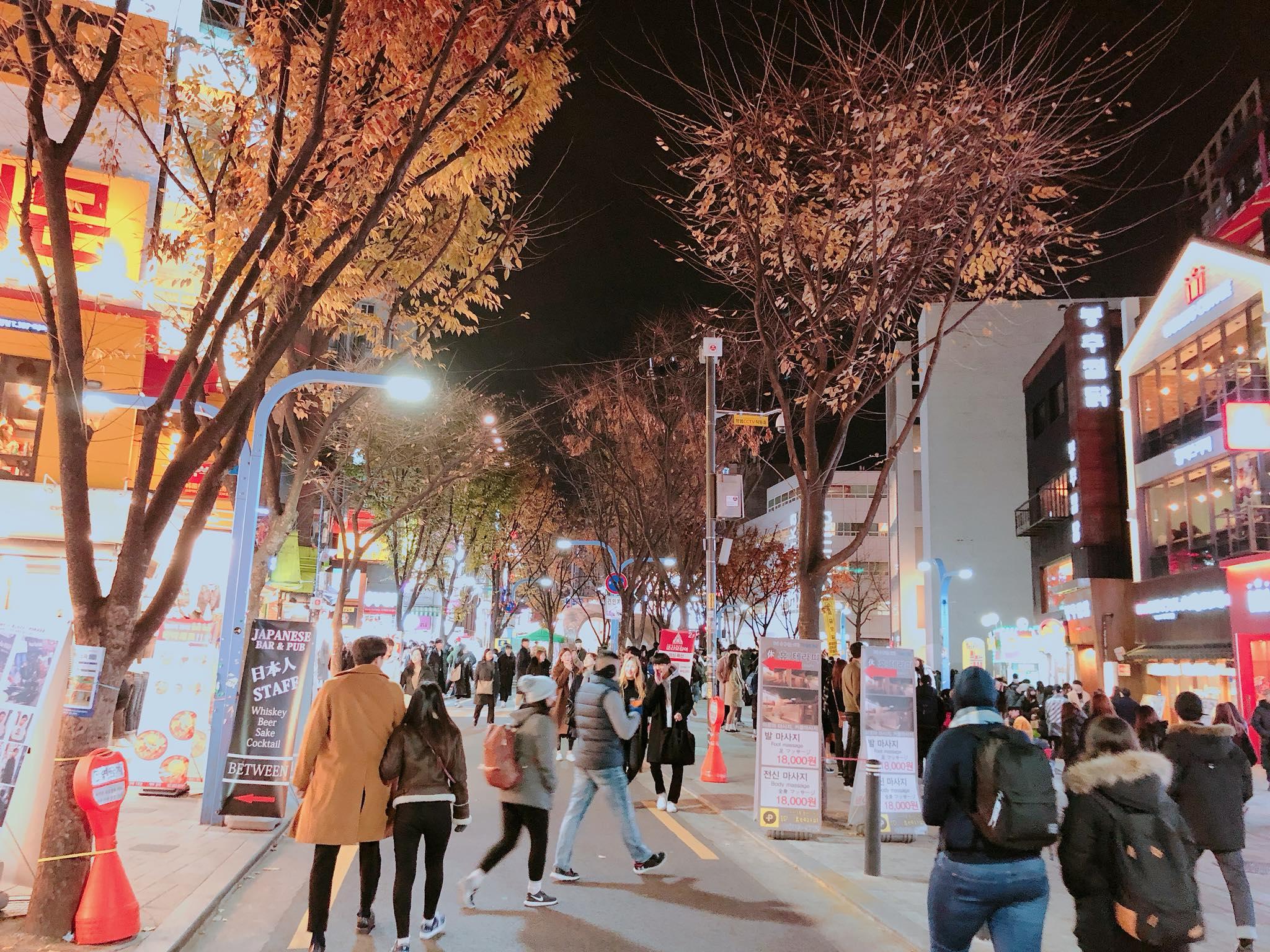phố mua sắm tại seoul vào buổi tối