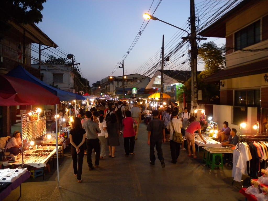 các gian hàng dọc chợ đêm thứ bảy