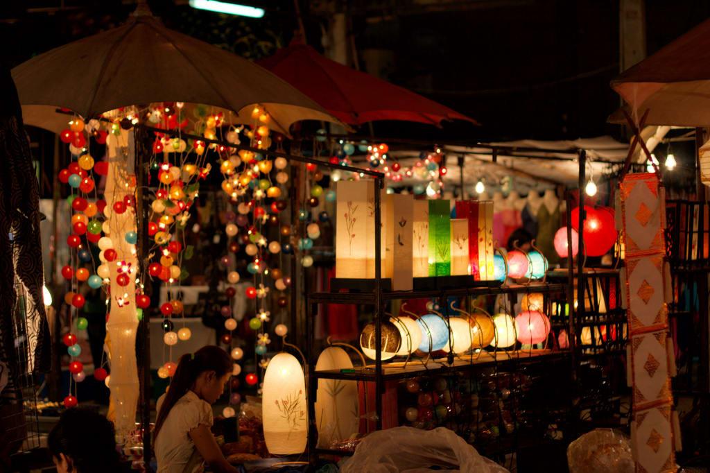 đèn lồng tại chợ đêm chủ nhật