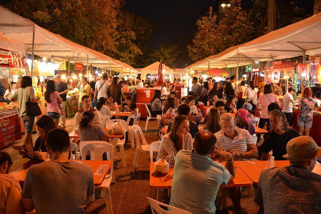 khu vực ăn uống tại chợ đêm chủ nhật