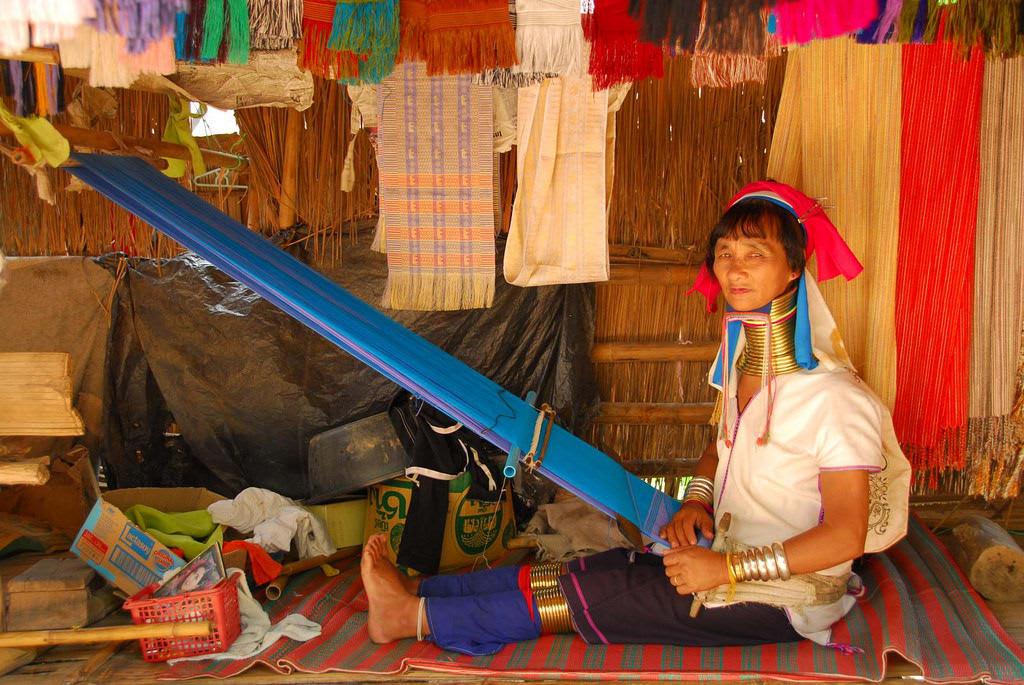 người phụ nữ tại làng cổ dài