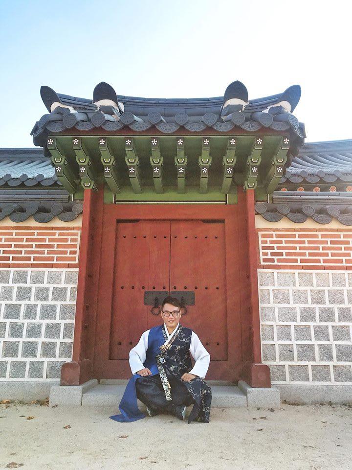chụp hình tại cổng của Gyeongbokgung