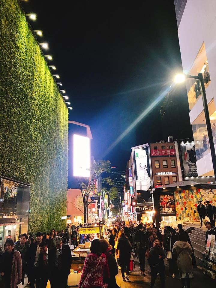 một góc phố mua sắm myeongdong