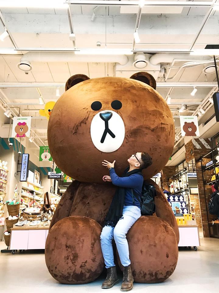 chụp ảnh cùng gấu brown