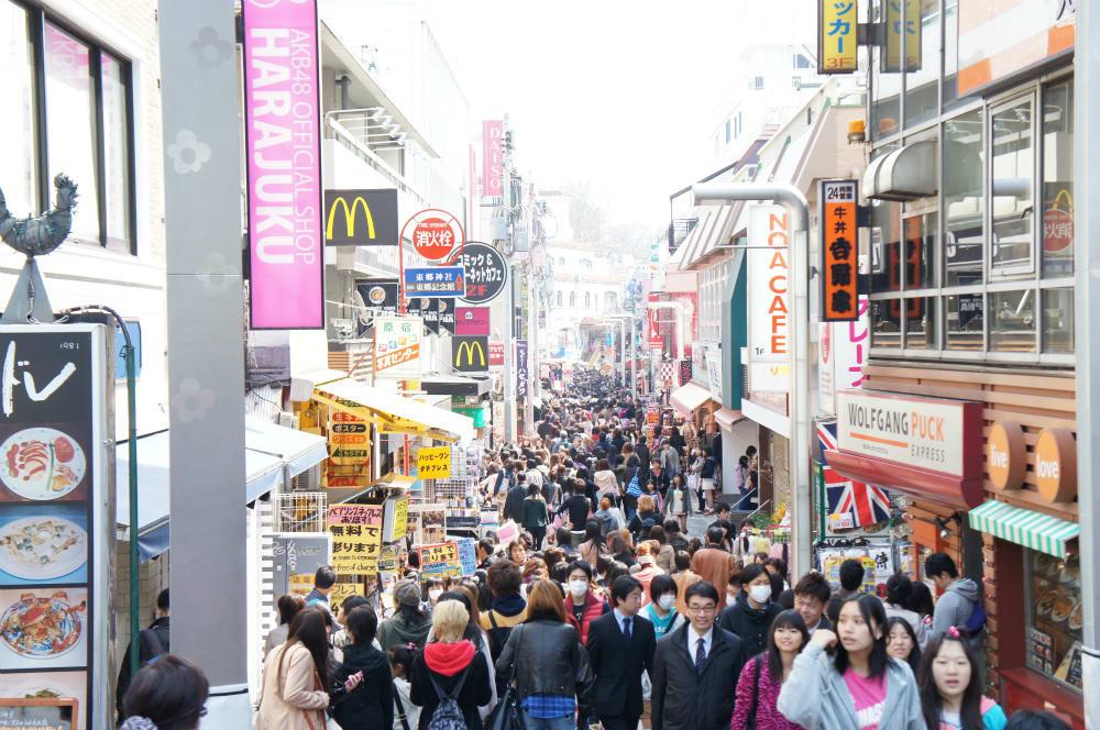 con đường đông đúc tại tokyo