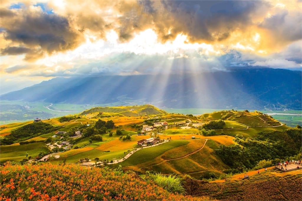 cánh đồng huyên thảo tại núi sixty stone nhìn từ trên cao