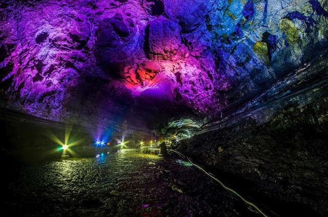 ánh đèn nhiều màu trong hang động manjanggul