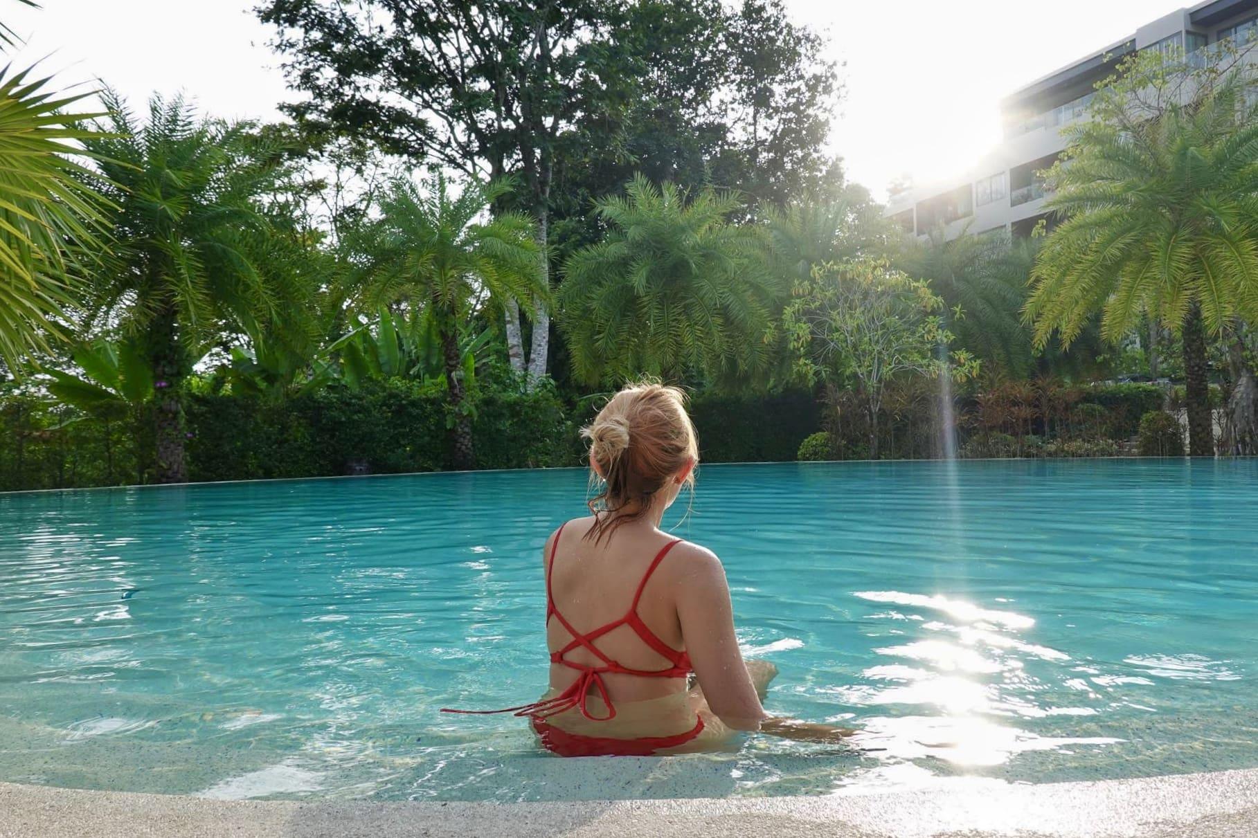 nghỉ ngơi tại hồ bơi