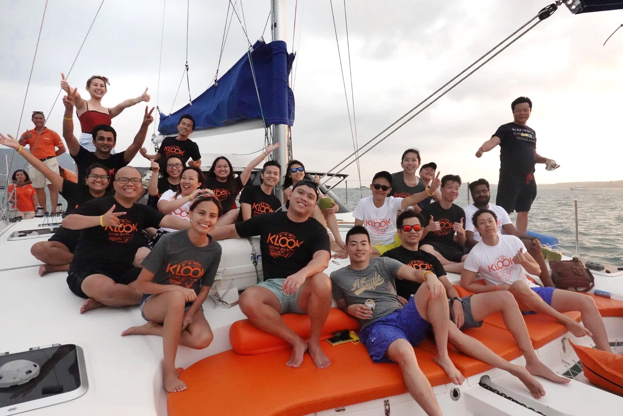 team klook trên du thuyền catamaran