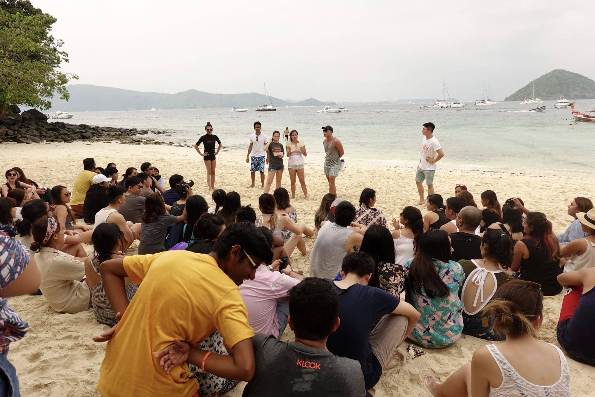 chơi trò chơi trên bãi biển