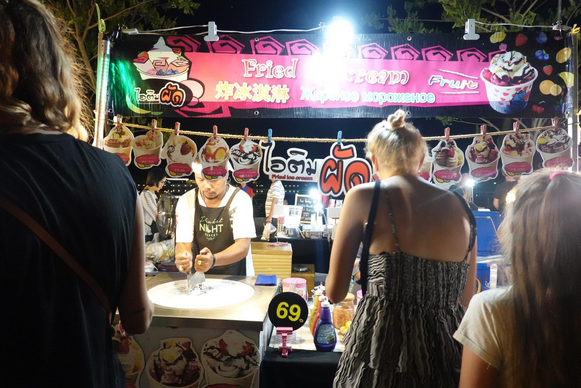 chọn đồ ăn tại chợ đêm phuket