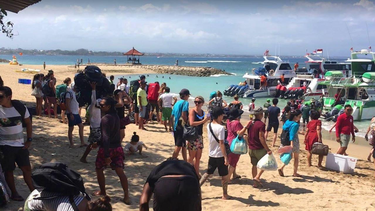 bãi biển đông người tại nusa lembongan
