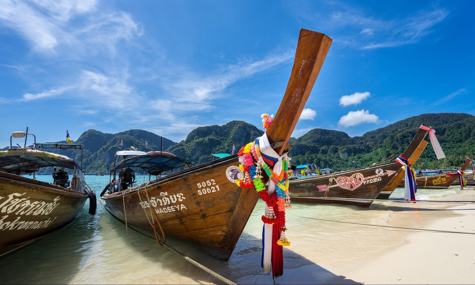 thuyền gỗ tại bãi biển ở phuket