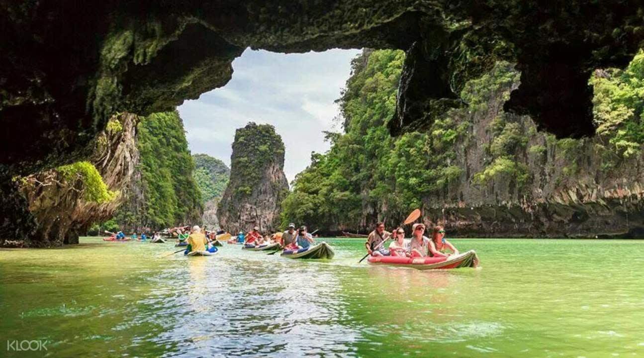 chèo thuyền qua hang động tại vịnh phang nga
