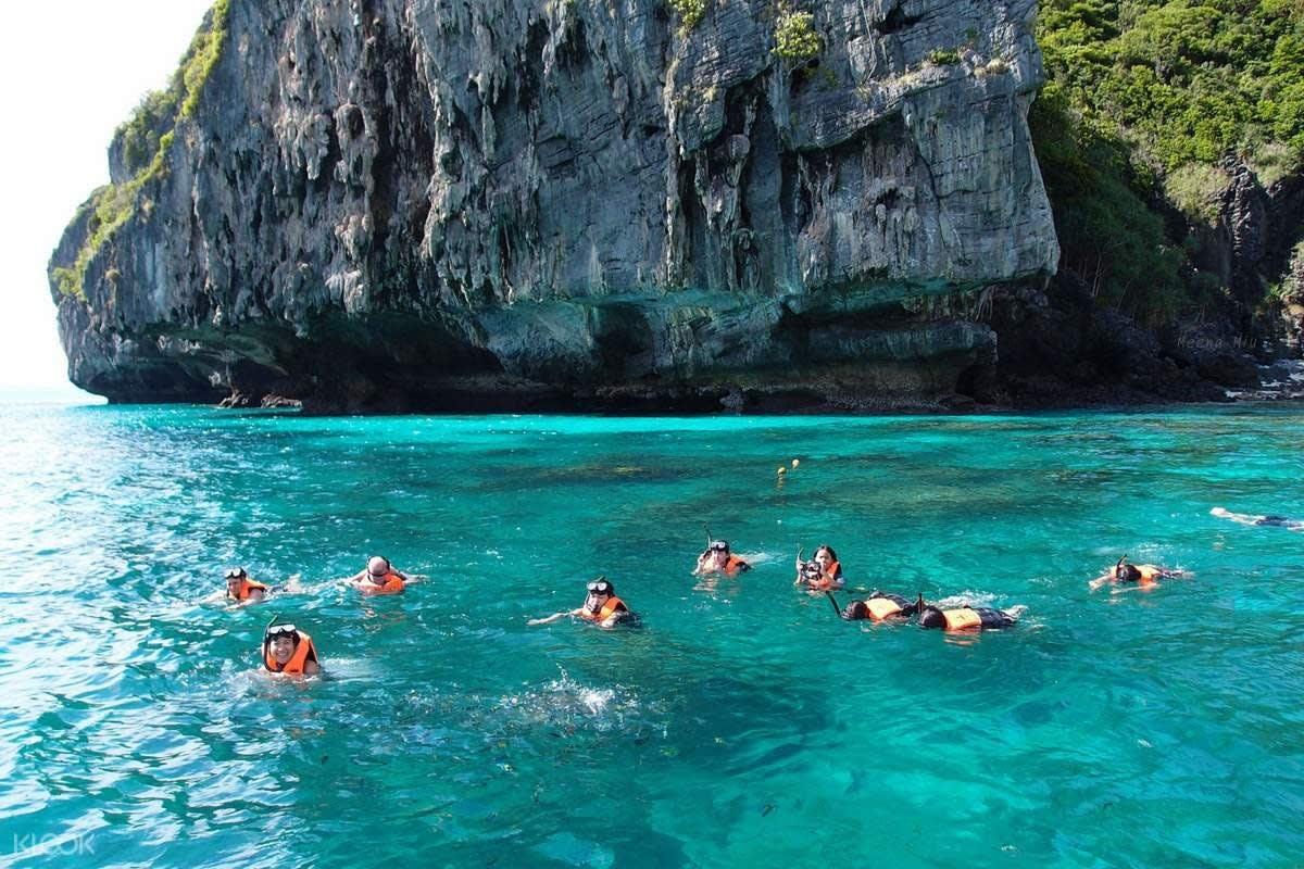 bơi lội cạnh vách đá đảo san hô