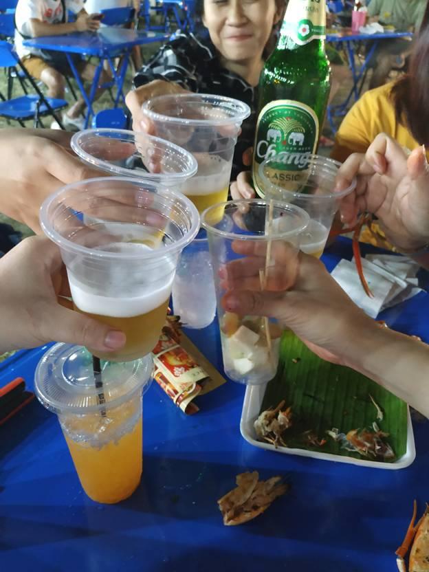 uống bia và ăn hải sản ở hội chợ