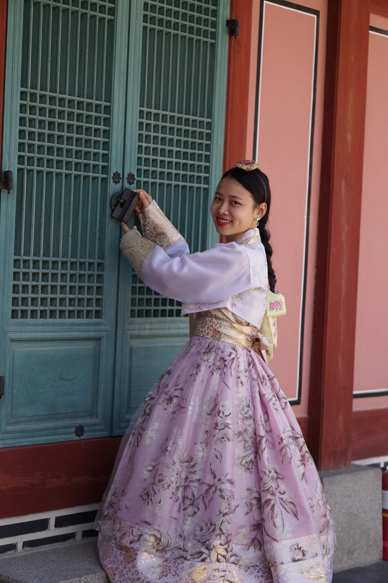 mặc hanbok trong cung điện